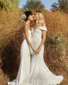 Heather y Erika posan para la campaña de bodas de Reformation