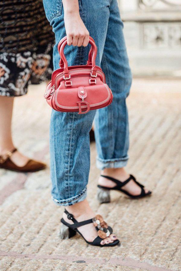 Una joven lleva un jeans recto en la NYFW