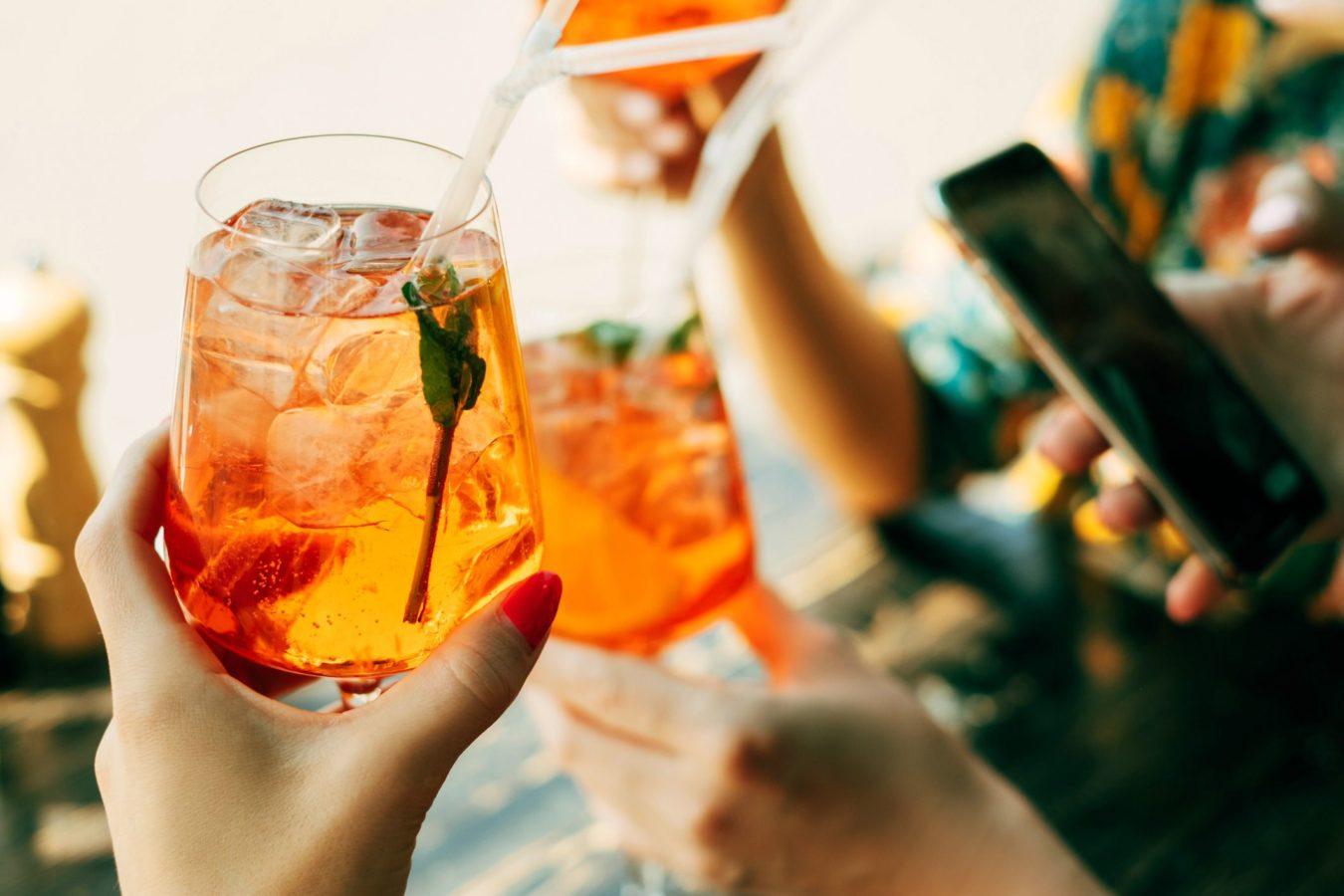 El Aperol fue difundido en España como una bebida que apoya los momentos sociales entre amigos