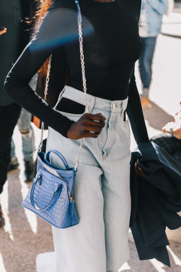 El jeans oversize y casi blanco sigue siendo una tendencia en el mundo de la moda