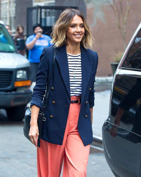 Jessica Alba utilizando pantalones color coral