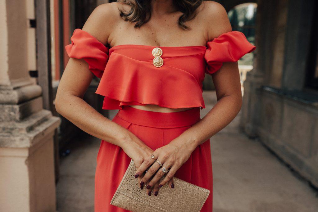 Llevar el color coral a una boda
