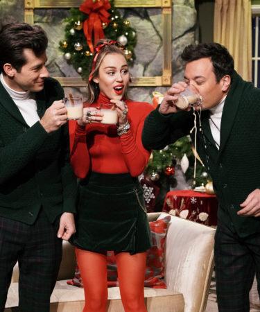 Miley Cyrus canta Santa Baby como himno al feminismo