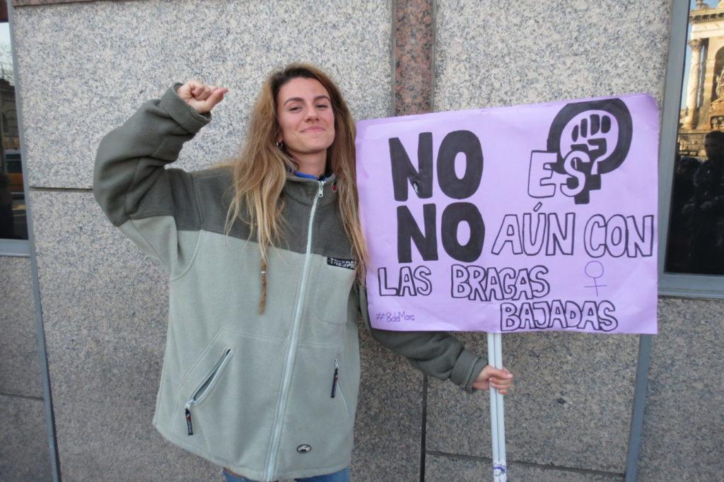 Mujer marchando en el Día de la mujer en Barcelona