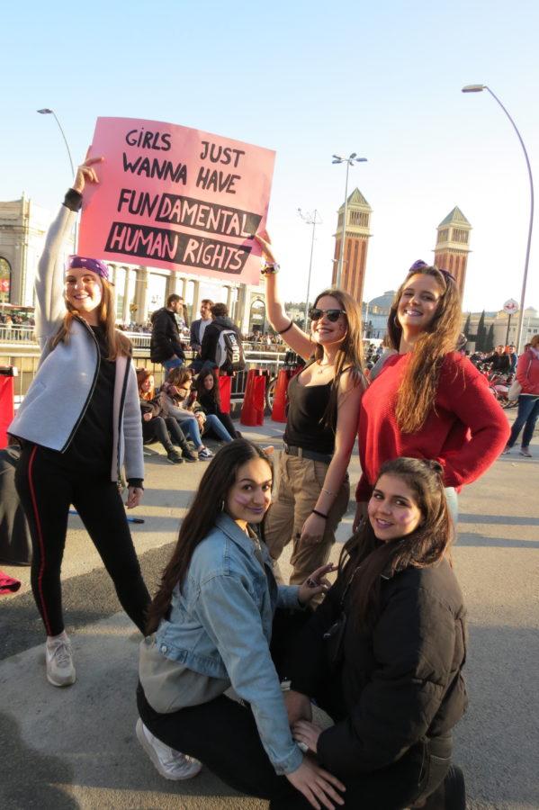Grupo de amigas en la marcha del 8M en Barcelona