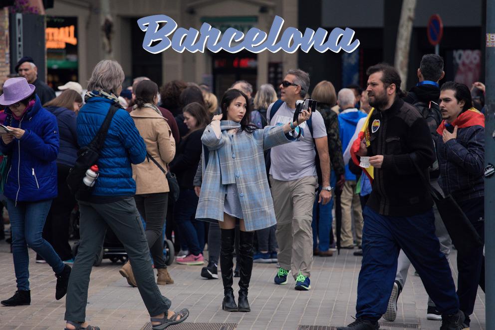 Chica tomandose una foto en Barcelona