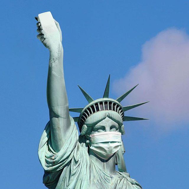 La Estatua de la Libertad en el Covid Art Museum durante la cuarentena
