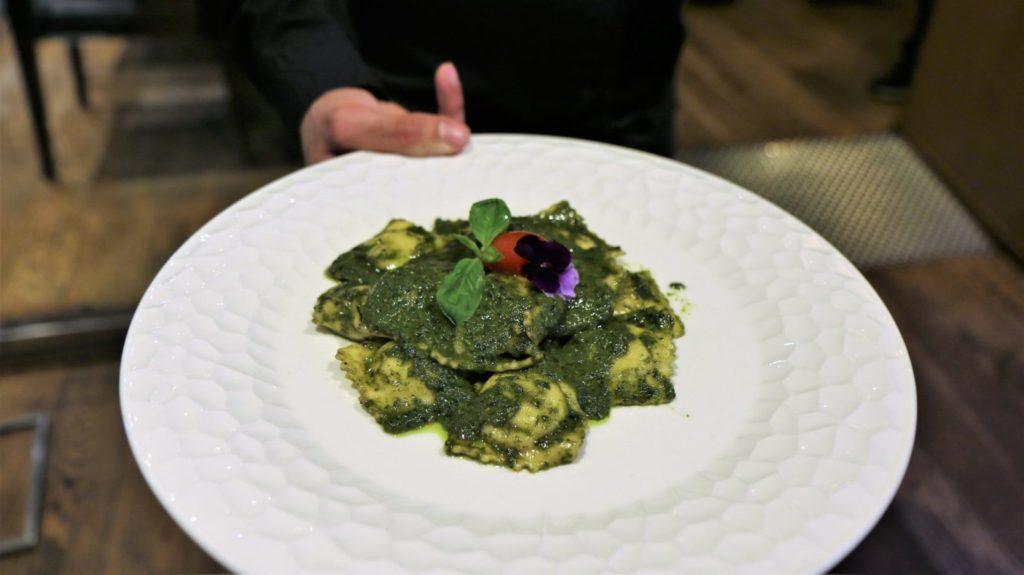 Raviolis rellenos de Burrata al Pesto en el Gusto Barcelona, restaurante italiano en Barcelona