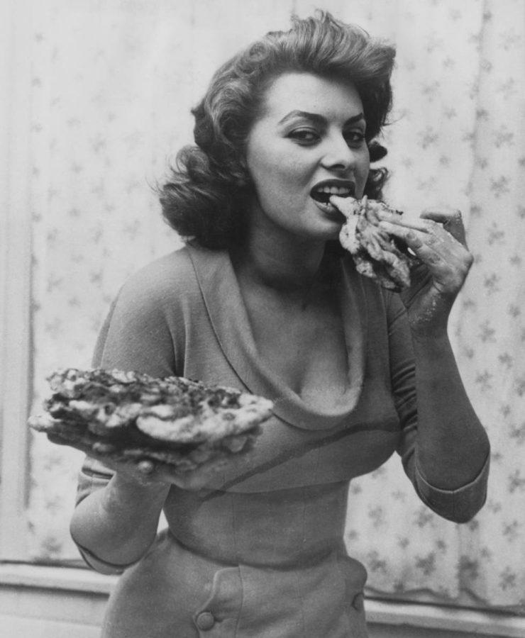 Sophia Loren comiendo pizza