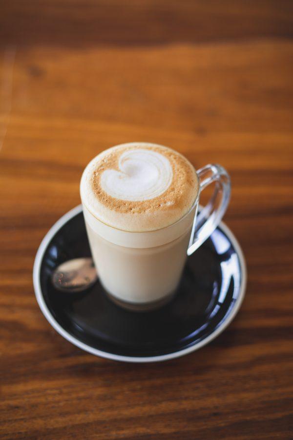 Taza bonita de cristal para beber café en la oficina