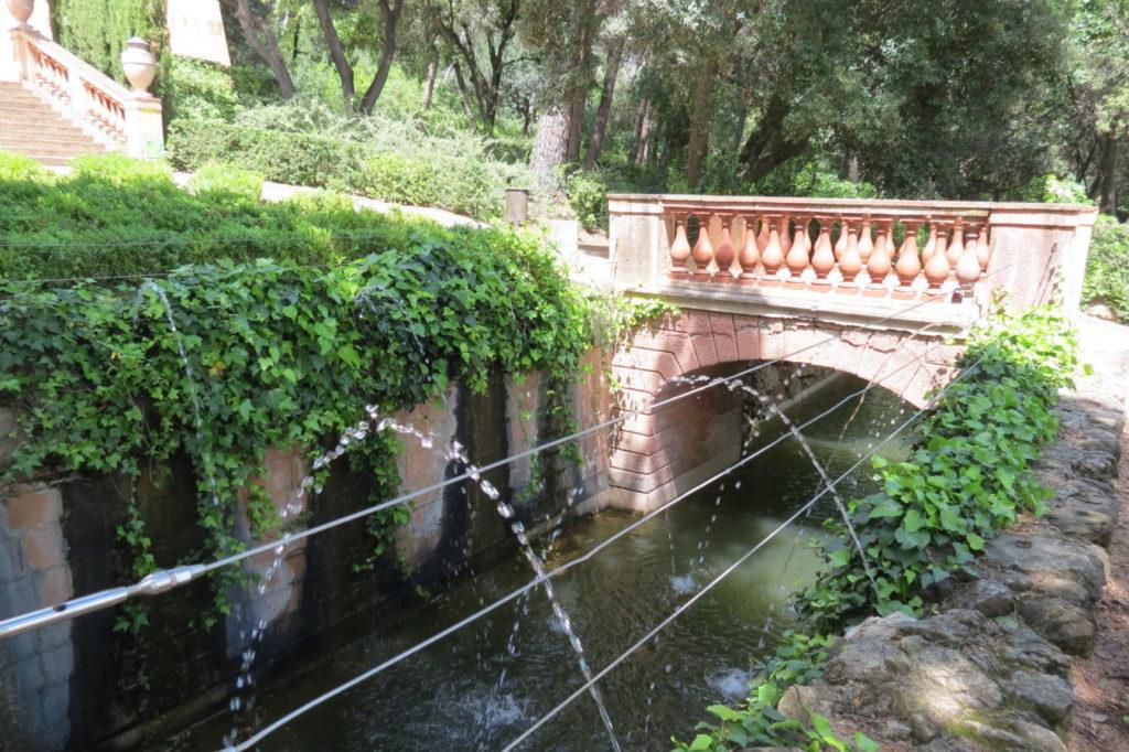Puentes y arroyos en parques con naturaleza en Barcelona